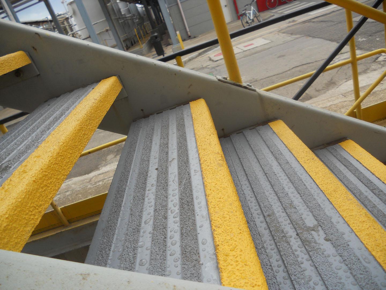 <p>Installato su gradini in grigliato metallico</p>